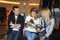 Gina Pistol, Florin Piersic Jr. si Maria Dinulescu impart pliante in scop caritabil