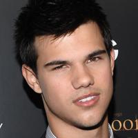 Taylor Lautner este din nou singur