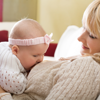 Bebelusii trebuie sa doarma cu mamele pana la 3 ani