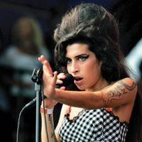 Mama lui Amy Winehouse vorbeste despre problemele fiicei sale cu alcoolul