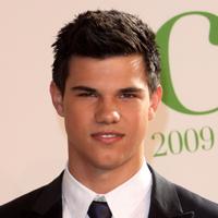 Lui Taylor Lautner ii plac femeile… Ce bine!