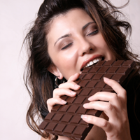 Ciocolata neagra te scapa de sindromul premenstrual