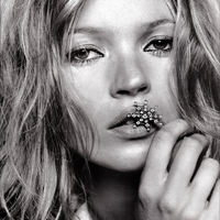Kate Moss are mana dreapta paralizata