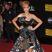 Rihanna vorbeste cu Chris Brown, dar numai pe Twitter