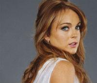 Lindsay Lohan, mai linistita in bratele lui Charlie Sheen