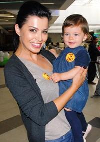 Simona Patruleasa si fiica ei, Ingrid, la joaca, alaturi de copiii cu autism