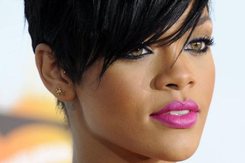 Rihanna isi surprinde invitatii cu cadouri platite de ea