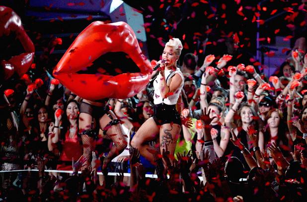 Pink si Rita Ora vor participa la FM Jingle Ball Bell