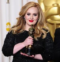 """Adele a castigat Oscarul pentru """"Cel mai bun cantec original"""" pentru piesa """"Skyfall"""""""