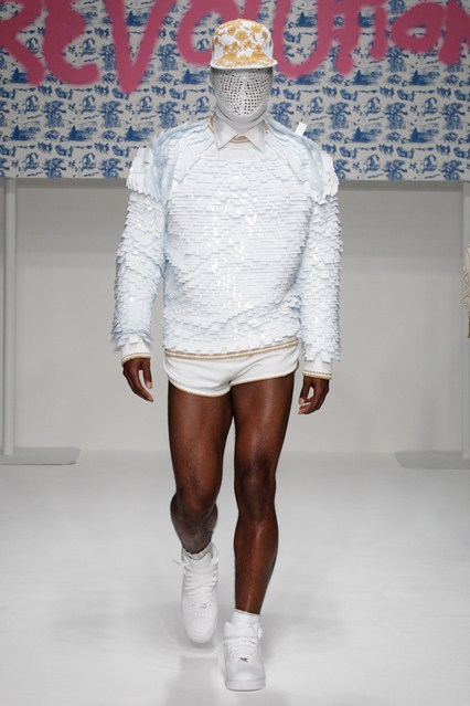 Modele extravagante, croieli inedite – London Men's Fashion Week
