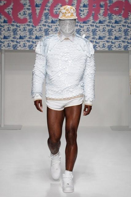 Modele extravagante, croieli inedite – London Men's Fashion Week