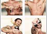 Designerul Marc Jacobs, pe jumatate dezbracat pentru campania Diet Coke