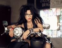 DJ Wanda s-a  pozat pe motor pentru fanii ei de pe Facebook
