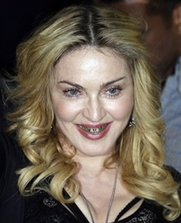 Madonna si-a imbracat dintii in aur