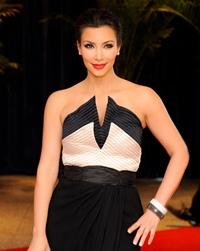 Kim Kardashian s-a logodit