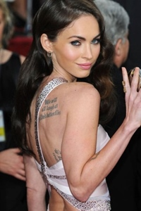 Cuvinte pretioase, poeme sau citate, toate tatuate pe corpuri de vedete!  Check this out!
