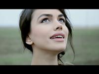 "Emmah Toris lanseaza videoclipul piesei ""Ne intamplam"""