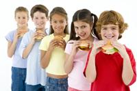 Mancarea tip fast-food si bauturile acidulate, sursa de nefericire pentru copii