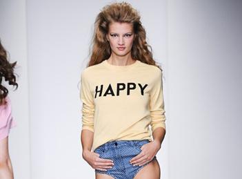 Hainele cu mesaje: Smile and be happy!