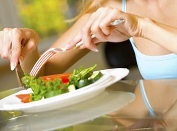 Mananci mai putin, mesteci mai mult: regula nr.1 in lupta cu kilogramele in plus