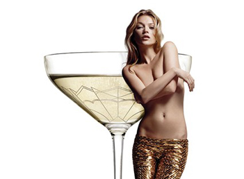 Kate Moss si cupa de sampanie