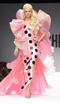 Papusa Barbie pe podiumul Saptamanii Modei de la Milano