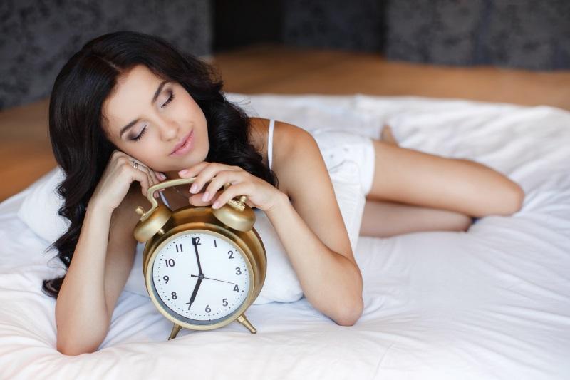 7 riscuri la care te supui daca dormi prea mult