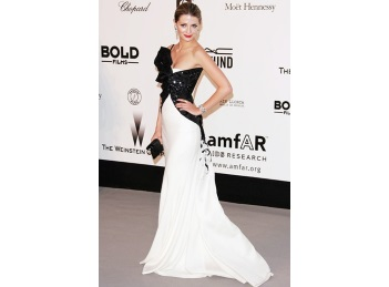 Scandal la Hollywood: Mischa Barton isi da mama in judecata