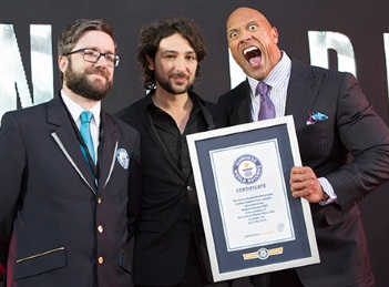"""Dwayne """"The Rock"""" Johnson a batut recordul mondial la selfie-uri"""