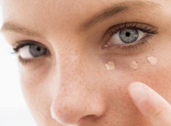 Remedii naturiste pentru pungile de sub ochi