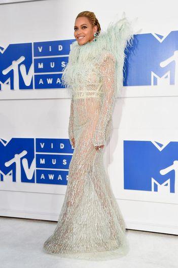 Cele mai cool tinute purtate la evenimentul MTV Music Awards 2016