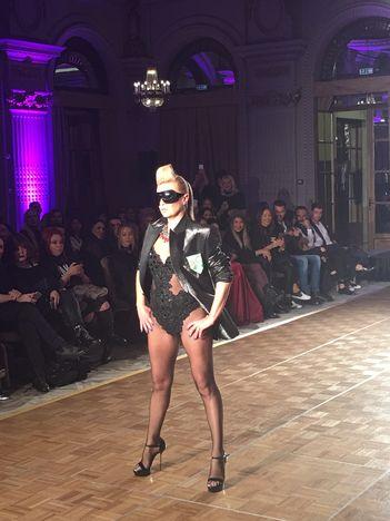 Nico a facut show intr-o prezentare de moda in memoriam Prince