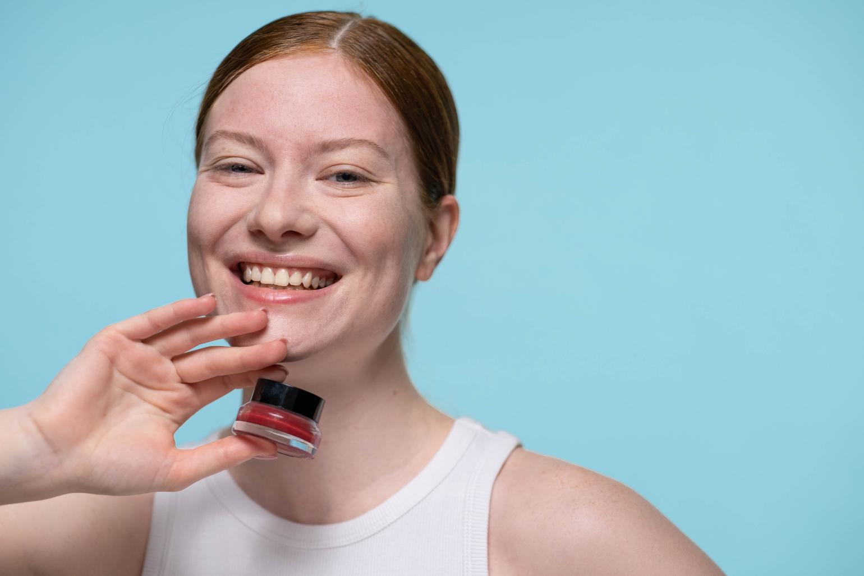 Folosirea corectă a fondului de ten pentru a preveni apariția acneei