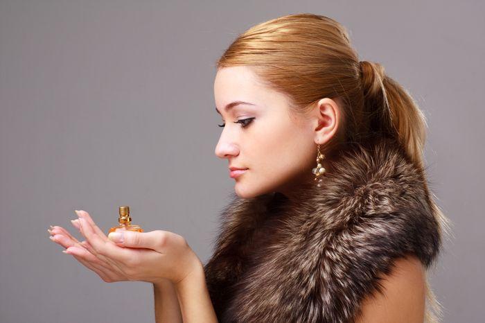 Iata de ce trebuie sa-ti schimbi parfumul iarna!