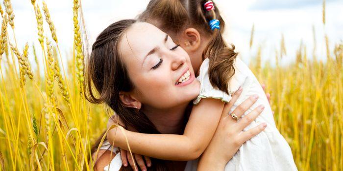 Iata de ce nu trebuie sa-ti obligi copilul sa imbratiseze pe cineva!