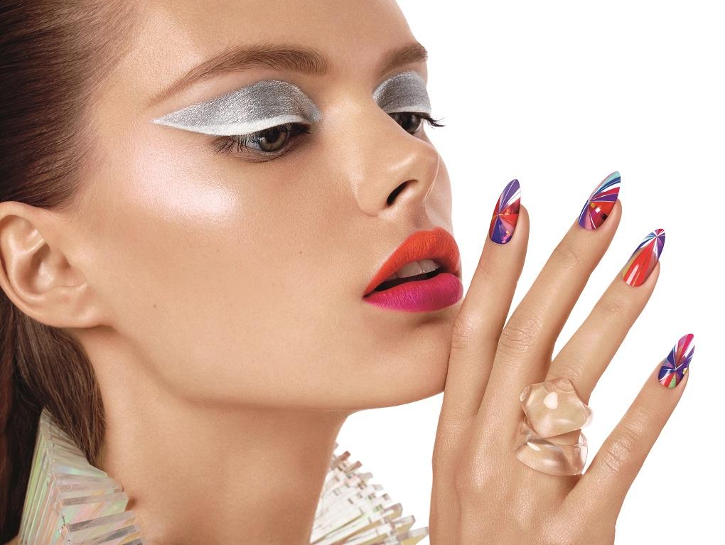 Se poarta manichiura retro cu accente futuriste: iata modelele si culorile in tendinte!