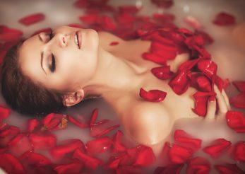 Descopera cele mai eficiente remedii cu apa de trandafiri pentru ten!