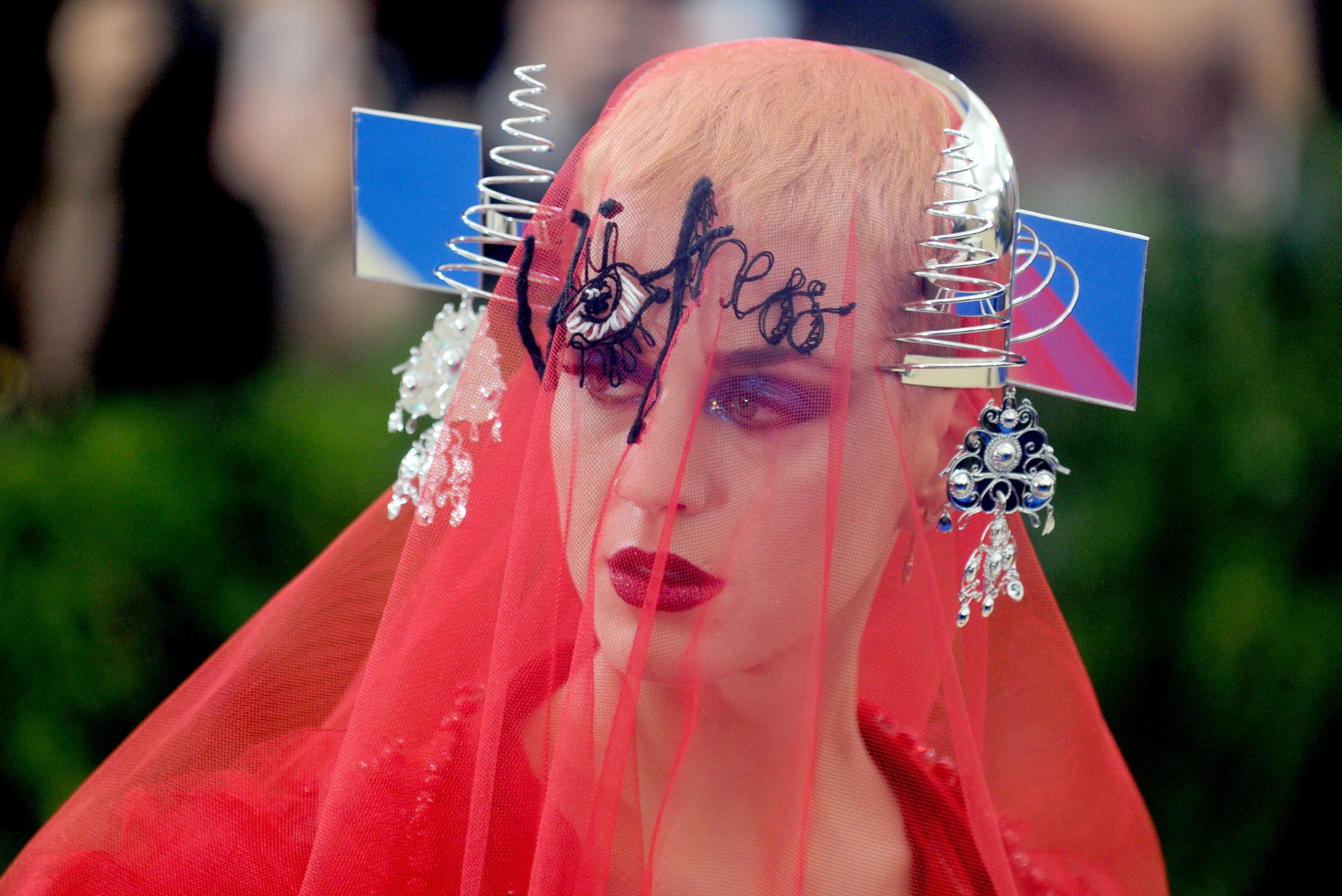 Katy Perry si Rihanna, aparitii socante la Met Gala 2017! Iata tinutele cu care au atras atentia