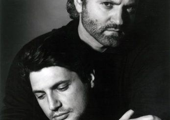 """Iubitul lui Gianni Versace, dezvaluiri la 20 de ani dupa moartea designerului: """"Era pe trepte, inconjurat de sange…"""""""