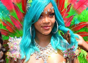 Rihanna a facut senzatie la Carnavalul din Barbados: admira tinuta sexy pe care a purtat-o!