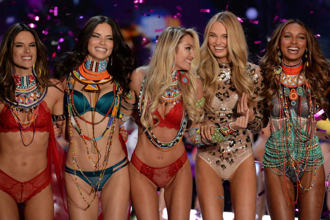 """Defilarea Victoria's Secret din China: 55 de """"îngeri"""" au stralucit pe podium"""