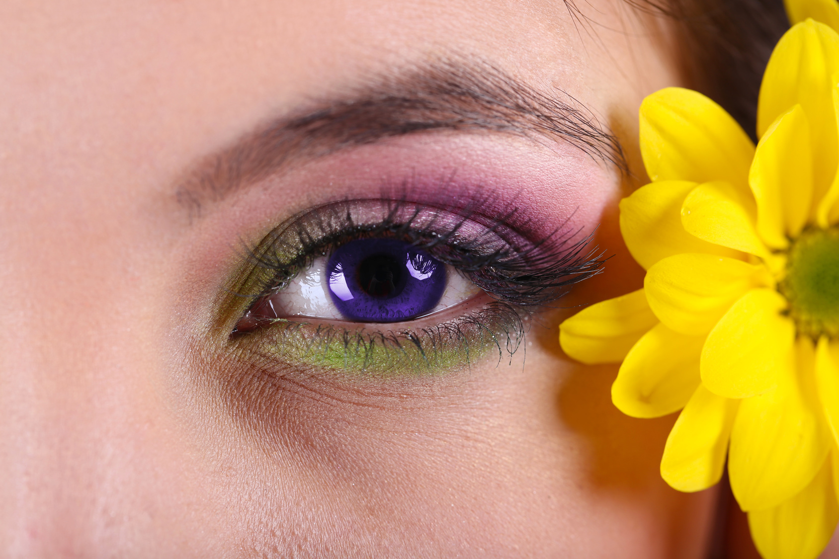 Castiga un set de lentile de contact ultraviolet, o alegere in tendinte!