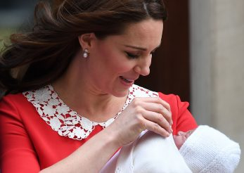 Semnificatia rochiei rosii imbracate de Ducesa de Cambridge dupa a treia nastere