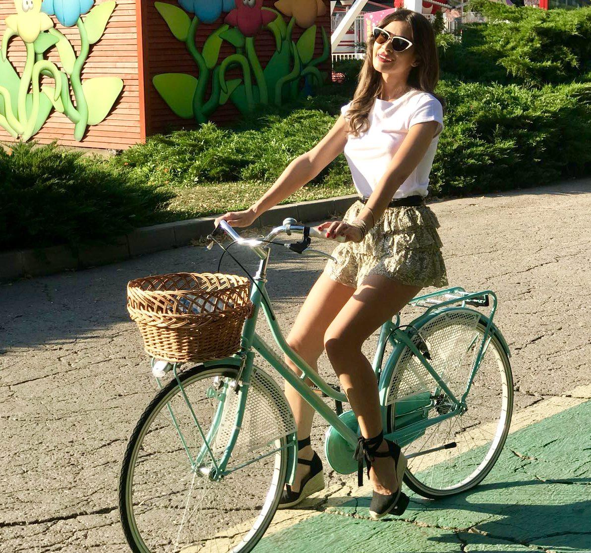 Vedeta Kanal D Cristina Mihaela Dorobantu a inlocuit masina cu bicicleta