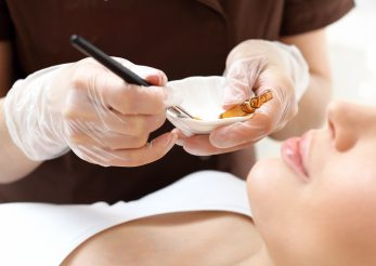Peelingul chimic: in ce consta procedura, beneficii si cine nu poate apela la un astfel de tratament