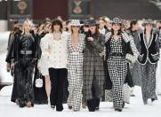 Chanel tribut cu lacrimi si zapada pentru Lagerfeld