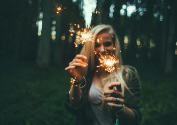10 motive pentru a te indragosti de o fata care merge la festivaluri de muzica