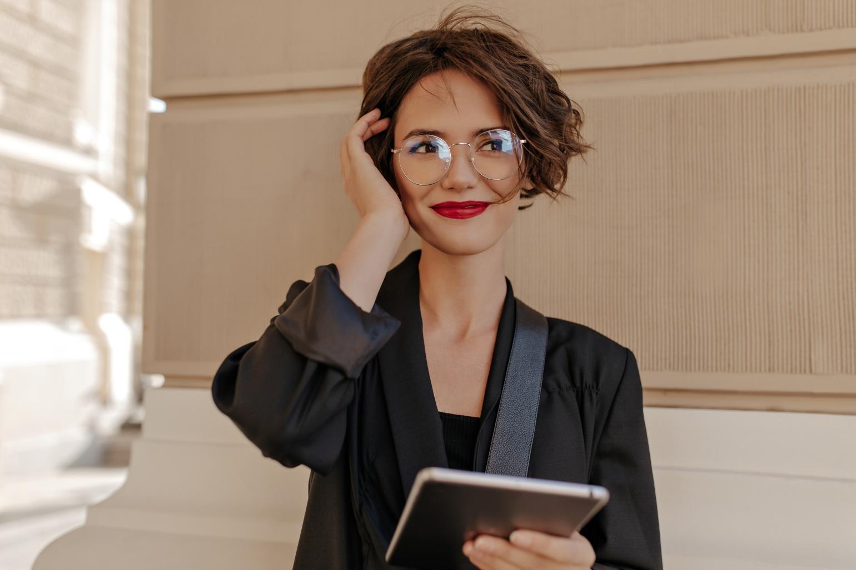 Porți ochelari? Iată câteva sfaturi pentru un machiaj perfect