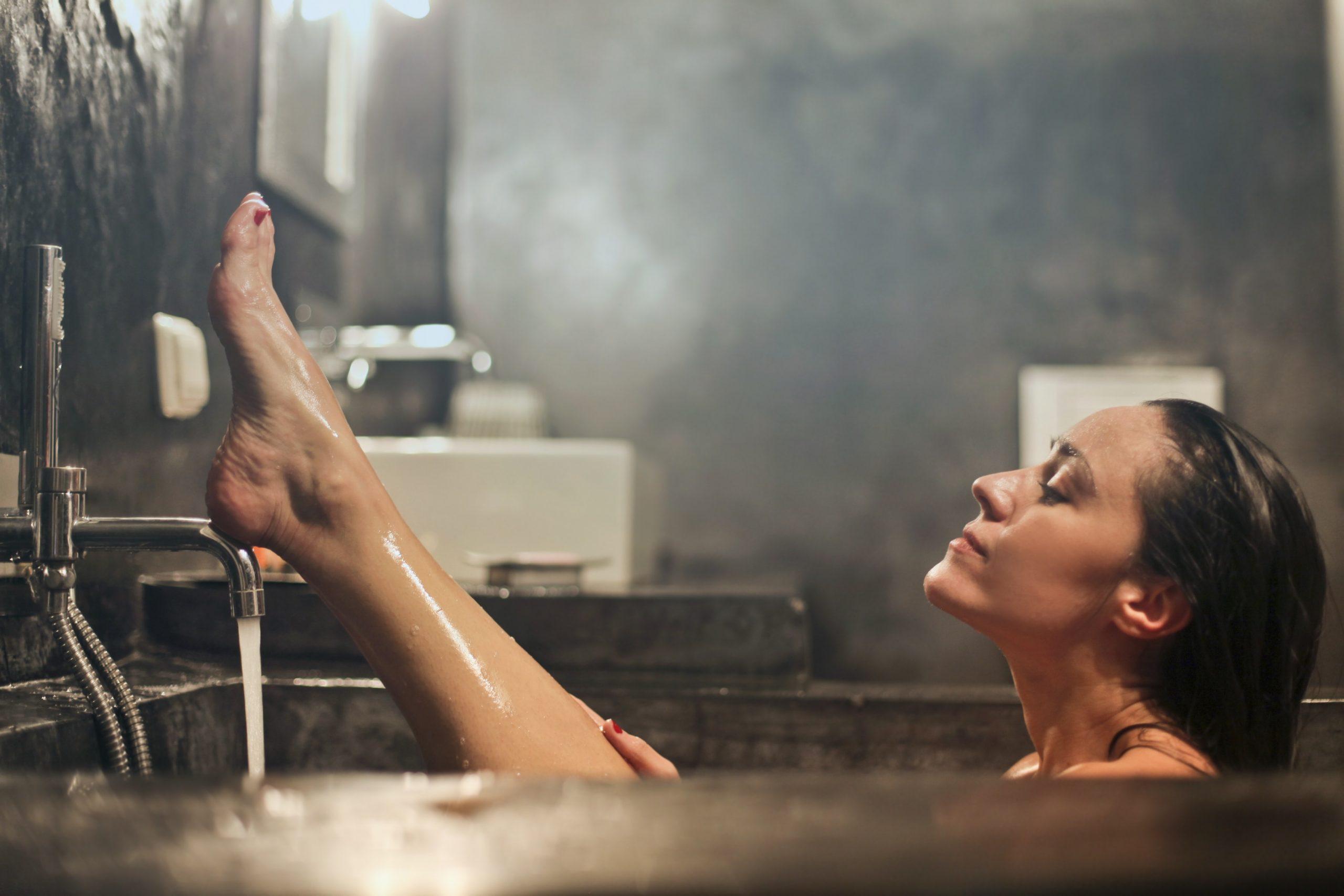O baie fierbinte poate arde mai multe calorii decât 30 de minute de plimbare
