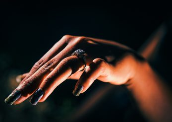 10 modele de unghii cu auriu pentru acest sezon